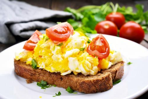 Тости з яйцем скрамбл: ідеальний сніданок за 5 хвилин