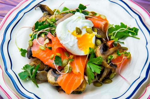 Швидкий сніданок: смажені гриби з яйцем пашот і лососем